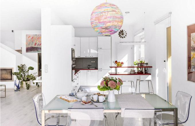 U Lenky doma se servíruje na jejím něžném porcelánu, z něhož kromě produktů na stolování vyrábí pod značkou Studio Malíská i šperky a další doplňky