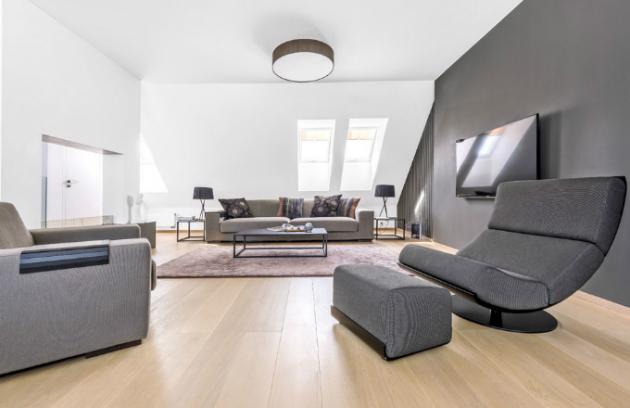 V podkrovní části bytu má své místo pohodlná sedací souprava španělské značky Sancal