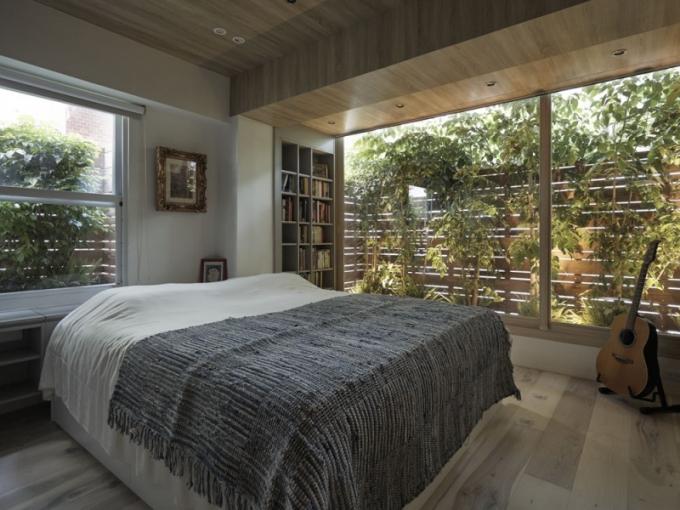 Díky balkonu s vysokým plotem a s vzrostlými keři mohou majitelé na chvíli zapomenout na město a těšit se z pohledu do zeleně