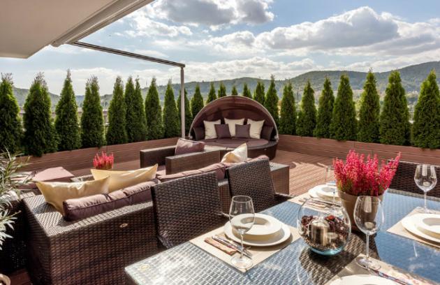 V teplých dnech terasa nahradí obývací pokoj i jídelnu. Terasa ještě čeká na nové vybavení. Majitelka si přeje vtisknout jí poněkud rustikálnější podobu krásným dřevěným stolem a nábytkem stylově bližším interiéru