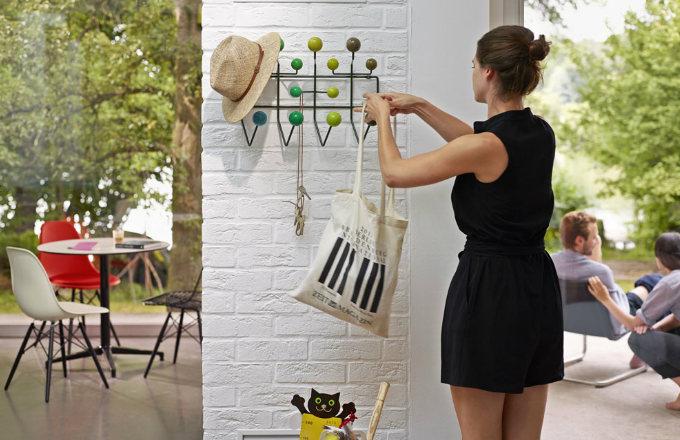 Věšák Hang It All navrhli Charles a Ray Eamesovi už v roce 1953, kovová konstrukce a lakované dřevěné kuličky, 50,5 x 37 x 17 cm, Vitra, cena 7 586 Kč, www.designville.cz