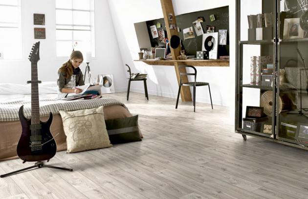 Vinylová podlaha v rolích Novilon Viva dostupná v několika dekorech, dekor bílá borovice, cena 399 Kč/m2, www.forbo-flooring.cz
