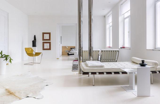 Nábytkovou stěnu navrhl Vladimír Hipper na míru danému prostoru a zakomponoval do ní bílé skříňky, které majitel využíval už v předchozím bytě. Odtud si sem Jiří přestěhoval také psací stůl a židli od Charlese Eamese. Při sledování televize je možné uvelebit se v další ikoně - Coconut Chair od George Nelsona nebo v křesle Bibendum od Eileen Gray