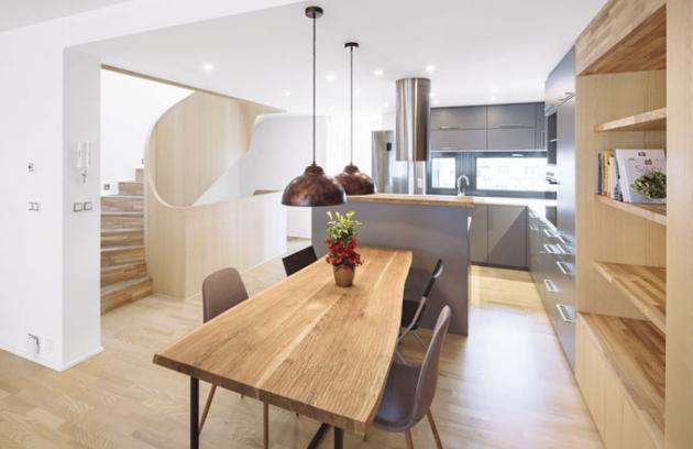 Všechna podlaží propojuje funkční i výrazově dominantní dřevěné schodiště
