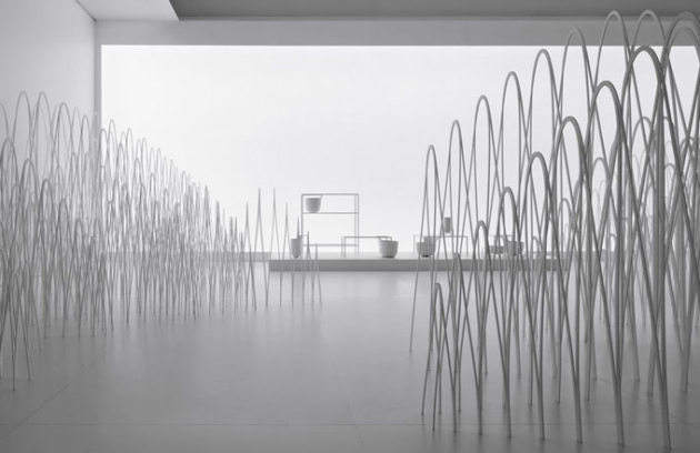"""Výstava Invisible outlines prezentovala poslední práce studia Nendo. Celkem 16 kolekcí pečlivě vybrala kurátorka. Instalace byla pojata jako pokus o interpretaci rozmazávání hranic a stírání i rozšiřování obrysů uměleckých objektů a věcí denní potřeby. Celou polovinu jedné místnosti zaplňovala oblá kovová konstrukce. Instalace """"80 sheets of mountains"""" představovala kolekci Flow"""