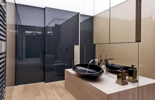 Ani solitérní vybavení neponechal autor návrhu náhodě, dekorativní umyvadlo Kool XL (Glass Design) a baterie Rettangolo (Gessi)
