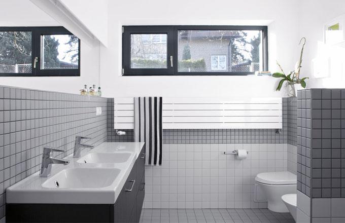 Výhodou obou koupelen je přísun denního světla. Také v koupelně pro děti brání přímému pohledu na část s klozetem a bidetem zděná polopříčka