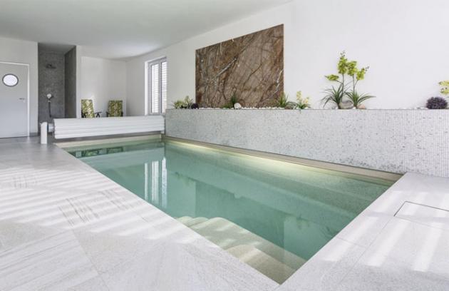 Velkorysý prostor s bazénem a sprchovým koutem navazuje na obývací část obydlí