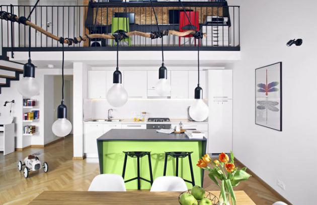 Na podlaze jsou použité dubové parkety. Příjemný kontrast k přírodnímu dřevu a bílému nábytku tvoří černá a zelená barva na ostrůvku