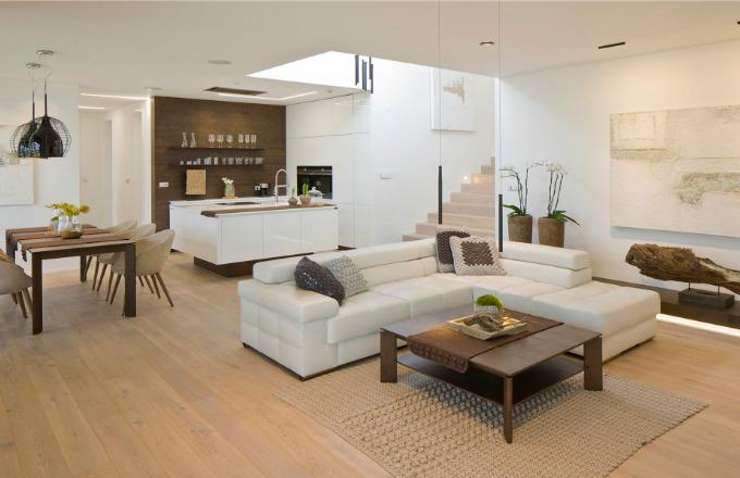 Interiér je zařízený zcela podle INTERIOR CONCEPT HANÁK. Veškerý nábytek včetně dveří je modelově a designově sladěný.
