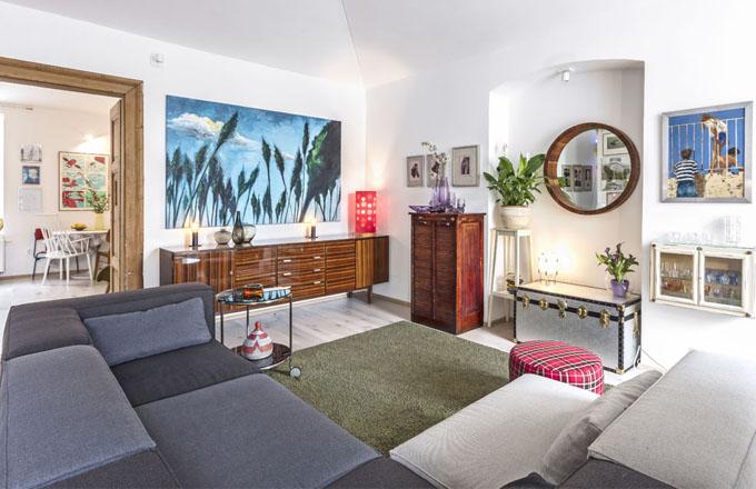 Interiér je plný příběhů. Většina nábytku, kterým je vybaven, má svou historii. Například komodu v obývacím pokoji Josef odkoupil z dekorace filmu MY 2