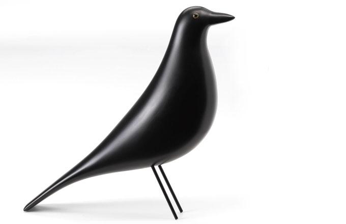 Eames House Bird, černě lakovaná olše, nohy z černě lakované oceli, 8,5 x 27,6 x 27,8 cm, Vitra, cena 4 766 Kč, www.designville.cz