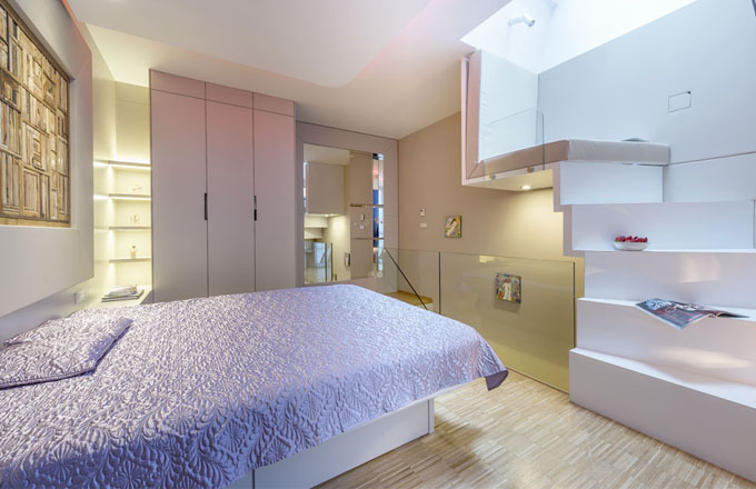 Ložnice v patře je vybavena nábytkem zhotoveným na míru podle autorského návrhu architekta Martina Sladkého. V útrobách lůžka je možné využít úložné prostory