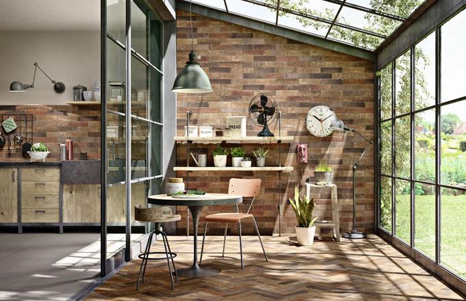 Industriální vzhled dodají interiéru obklady ze série Terramix, které dokonale imitují staré cihly, 7 x 28 cm, Marazzi, cena k doptání, www. koupelny-ptacek.cz