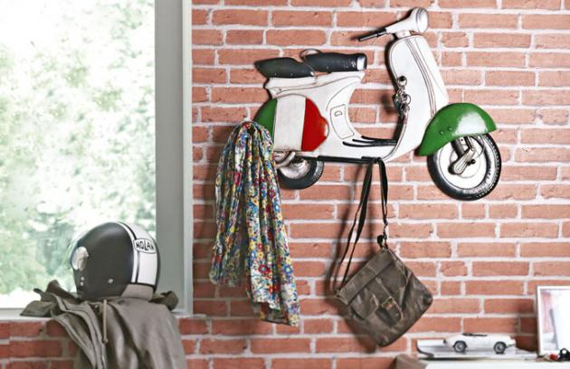 Vtipný kovový věšák Elton nabízí pět háčků k pověšení svršků či tašek, 74 x 62 x 9 cm, cena 1 699 Kč, www.kika.cz