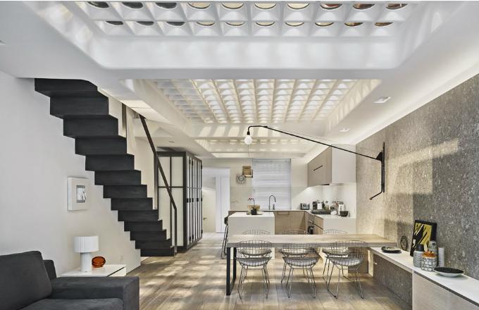 Strop a vlastně podlahu místnosti v dalším patře tvoří konstrukce, do níž jsou upevněny silné skleněné čočky. Ty jsou tradičním prvkem londýnských chodníků