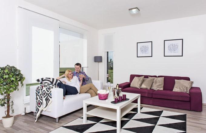 Prosvětlený obývací pokoj působí velice vzdušně a je jako stvořený pro setkávání s rodinou a přáteli. Případně pro romantické chvilky ve dvou