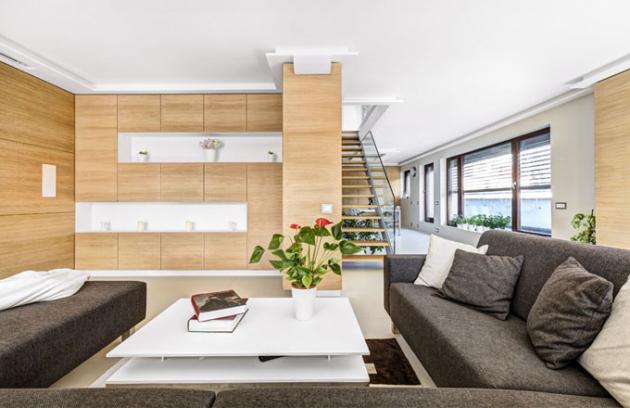 Majitel si sám navrhl nejen dispozici interiéru, ale také jeho vybavení. Veškerý nábytek nechal vyrobit na míru včetně prostorné pohovky s taburetem, který lze snadno přemístit a přizpůsobovat tak funkčnost pohovky aktuálním potřebám