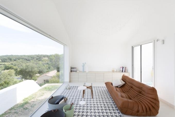 Vrásněnou pohovku Togo vytvořil pro značku Ligne Roset francouzský designér Michel Ducaroy a odkládací stolek On the rock designérka M.-A. Sticker-Metralová