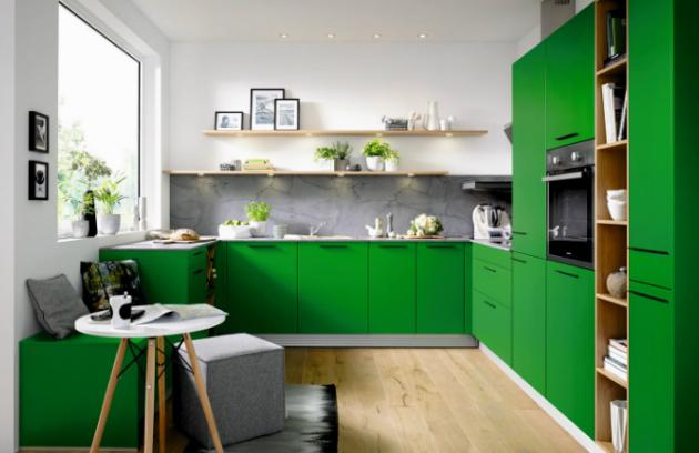 Satinovaný lak předních částí kuchyně BIELLA v nové intenzivní barvě mechová zeleň vás skutečně upoutá.