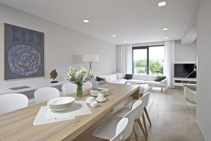 Jídelna volně navazuje na kuchyň a svým vybavením podporuje užší a protáhlý tvar prostoru