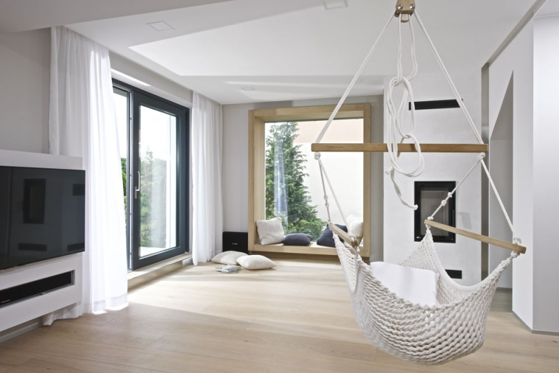Součástí otevřeného prostoru je velké portálové okno zvýrazněné dubovým rámem, kam je možné usednout a pozorovat okolí