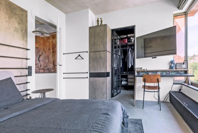 Navazující malá šatna je oddělená prosklenými dveřmi stylově podporujícími ostatní prvky z černě lakované oceli