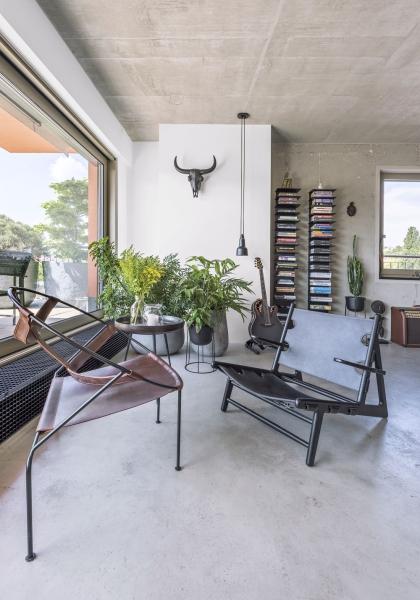 Petrovu domácnost dotvářejí designové ikony navržené už v roce 1950 – křeslo Hunting Chair, které je zhotoveno ze sedlářské kůže a křeslo FDC1 (Objekto)