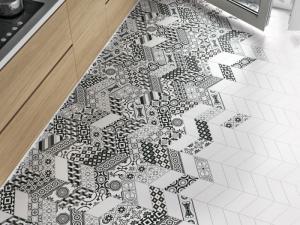 Patchwork ze série Kite BW, 10 x 30 cm, mix dekorů v balení 40 ks, Equipe, cena 1 895 Kč/m2, www.sapho-koupelny.cz