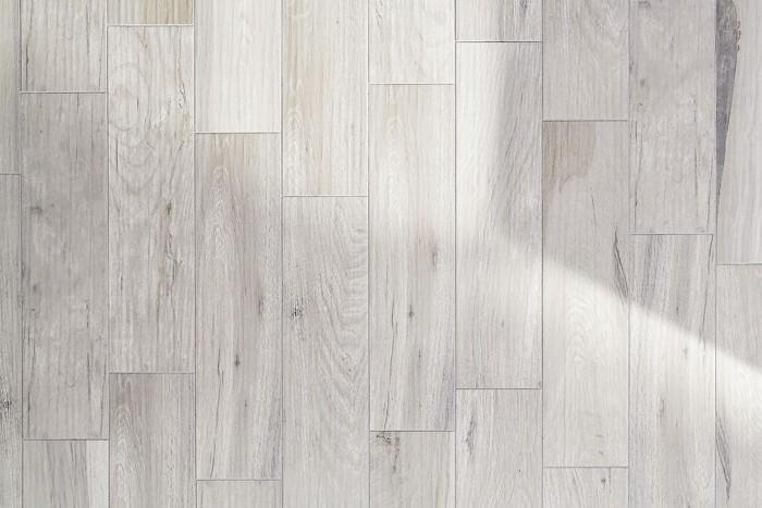 Série Faro je díky dvaceti různým kresbám zdařilou imitací dřeva, dekor s jemně rustikálním povrchem, 15 x 60 cm, Rako, cena od 545 Kč/m2, www.siko.cz