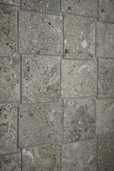 Mozaika Pietra di Vals z kolekce Mystone je inspirována nejvzácnějším křemencem, saténový povrch, 30 x 60 cm, Marazzi, cena 1 316 Kč, www.koupelny-ptacek.cz