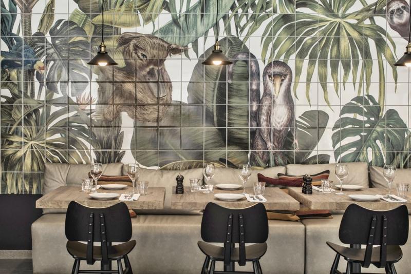 Obrazy s motivy džungle složené z keramických obkládaček v hotelové restauraci vytvořila výtvarnice Karina Eibatova
