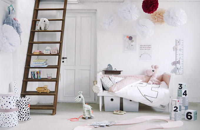 Jednobarevný nábytek značky Done by Deer v pastelových tónech oživují zvířecí hračky, vzorovaný textil a úložné vaky a boxy, ceny: žirafa na kolečkách Raffi1 374 Kč, povlečení Elphee 1 374 Kč, pěnová hrací podložka (O 120 cm) 2 199 Kč, nástěnný oboustranný metr z potahované lepenky 384 Kč, set kulatých boxů (O 26 x 25 a O 22 x 21 cm) 824 Kč, www.samikov.cz