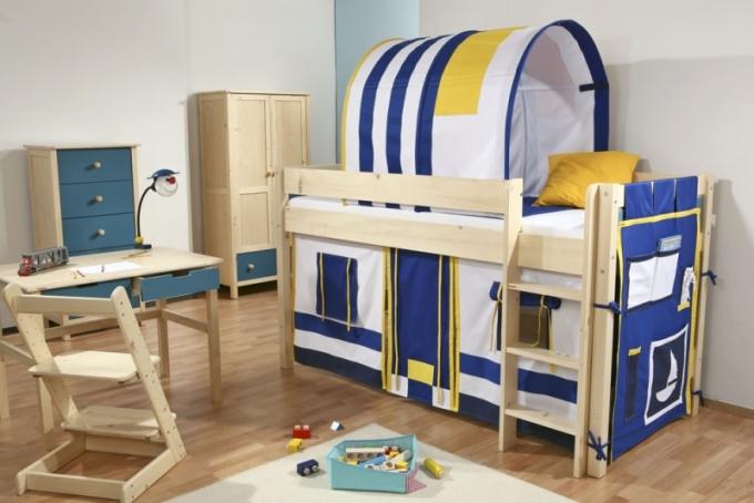 Etážovou masivní postel Bella můžete díky doplňkové výbavě proměnit v útulnou skrýš v domečku nebo ve stylový kapitánský můstek díky přídavnému tunelu, 90 x 200 x 118 cm, Gazel, cena od 6 790 Kč, www.gazel.cz