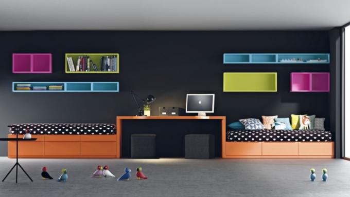 Pokoj Infinity je připravený pro dva studenty: dvě postele s úložnými zásuvkami (100 x 200 cm), psací stůl pro dva (100 x 200 cm) a nástěnné boxy na knížky a učebnice. Vše lze volit v různých barvách a s různými úchytkami, JJP, cena 93 800 Kč, www.space4kids.cz