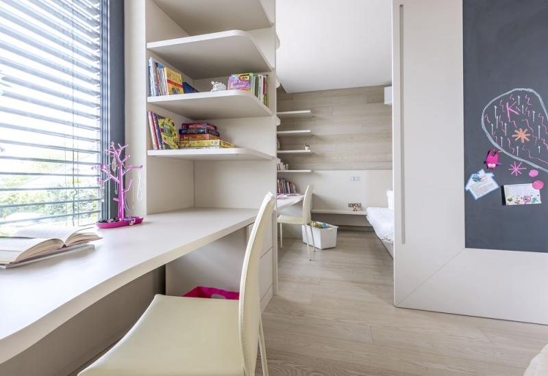 Dětské pokoje jsou vybaveny nábytkem na míru z jednoduše udržovatelného laminátu v béžovém odstínu