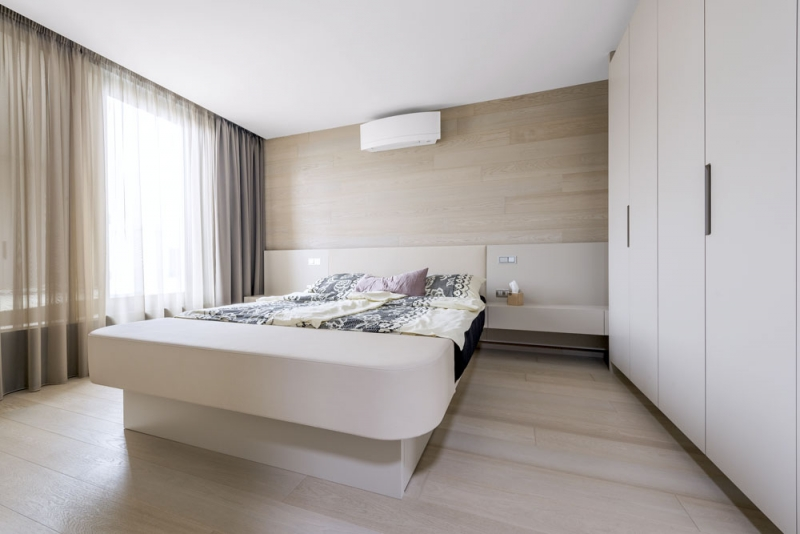 Nábytek v ložnici je vyroben také na míru tentokrát z MDF desky, v čele postele je integrované osvětlení