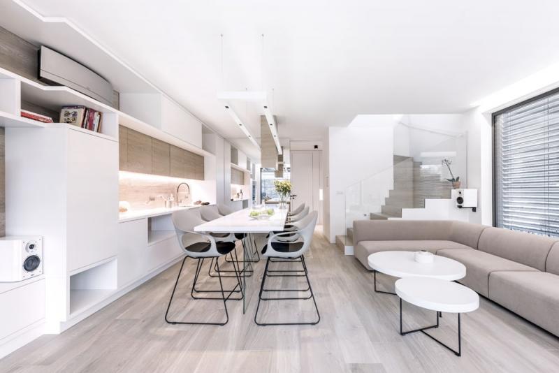 Stěžejní pro tento interiér byly materiálová kompaktnost a plně funkční i maximálně využitelný prostor