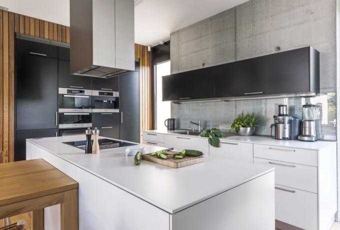 Kuchyň Ewe z lakované MDF desky je vybavena oblíbenými spotřebiči majitelů (Miele). Výjimku tvoří jen digestoř Falmec, pracovní deska je z odolného lamina