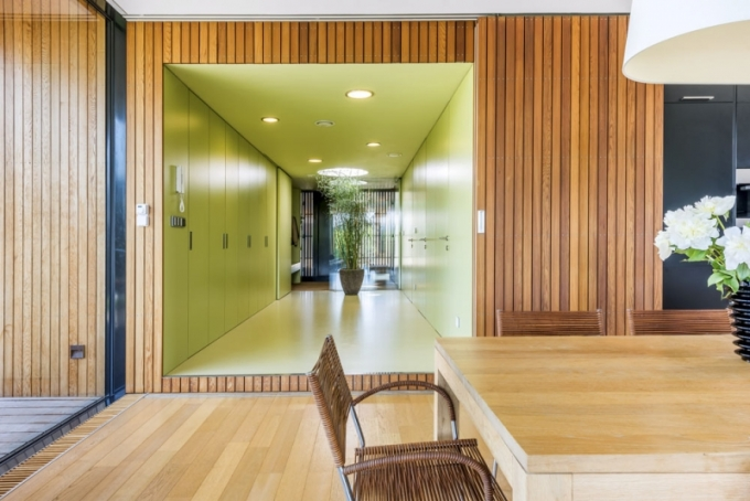 Velkorysá chodba je hlavním komunikačním uzlem domu a poskytla značné množství úložných prostor. Odtud lze vstoupit do spíže, na WC, do pokoje pro hosty a wellness centra se saunou a na druhé straně pak pokračovat do soukromé zóny domu