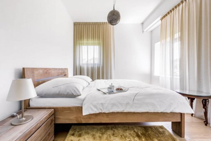 Pokoj pro hosty je vybaven masivním dubovým nábytkem, lampičkami Artemide a dalšími doplňky je jemně stylizován do Orientu