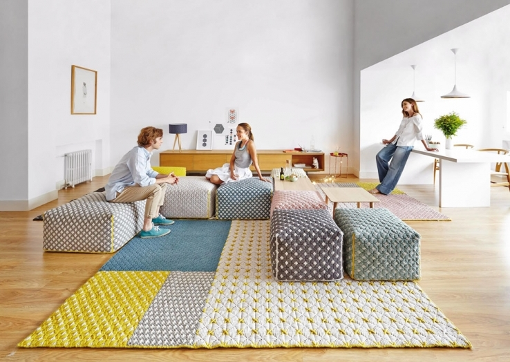 Série pufů Silai, textilie s vyšívanými vzory, více rozměrů od 52 x 52 x 35 cm, design Charlotte Lancelot, Gan Rugs, cena od 23 950 Kč, www.onespace.cz