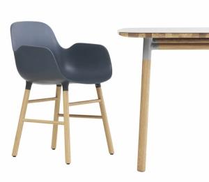 Židle Form spodručkami adubovou podnoží vseverském stylu, design Simon Legald, Normann Copenhagen, cena 7150Kč, www.designville.cz