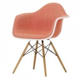 Celopolstrovaná židle Eames DAW sopěrkami askonstrukcí ze dřeva, Vitra, cena 20727Kč, www.designville.cz