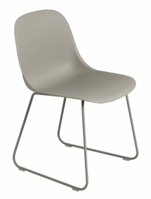 Šedá židle Fiber Side Chair zaujme inovativním bio kompozitním materiálem sedáku, který obsahuje 25 % dřevěných vláken, Muuto, cena 6390Kč, www.designville.cz