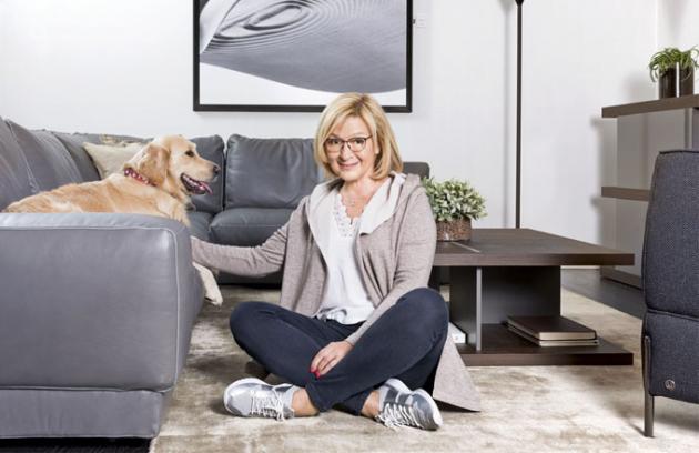Jana Paulová se svým domácím mazlíčkem Elou na pohovce Agora, která se vyznačuje měkkými a pohodlnými polštáři, design Manzoni a Tapinasi pro značku Natuzzi