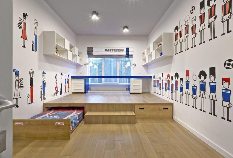 V návrhu chlapeckého pokoje architektka zohlednila, že je hoch ještě v hravém věku. Důraz je kladen na velkou volnou hrací plochu, postele se zasouvají pod zvýšené pódium