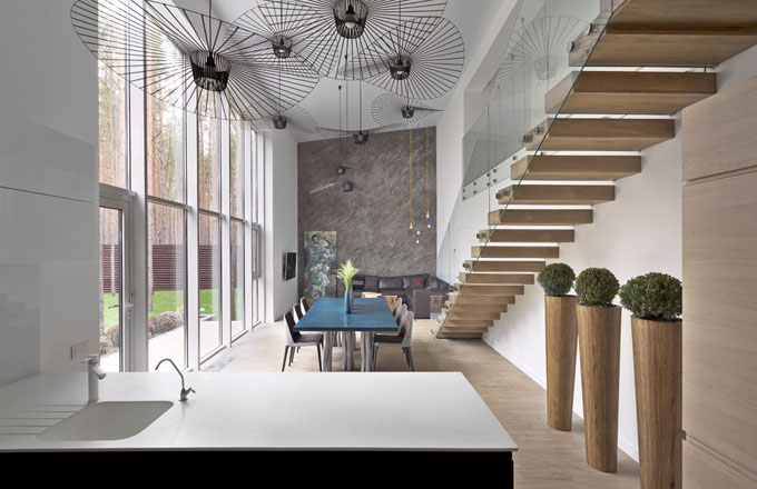 V interiéru jsou z velké míry použity ekologické přírodní materiály – masivní dubové dřevo, kámen, vlna, len – ve spojení se sklem a kovem