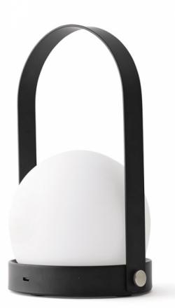 Přenosná lampa Carrie, lakovaná ocel a ručně foukané sklo, nabíjení přes USB, výška 24,5 cm, O 13,5 cm, design Norm Architects, Menu, cena 3 575 Kč, www.designville.cz