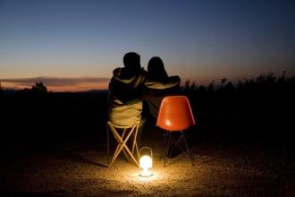Přenosná a nabíjecí stolní lampa Follow Me vhodná do interiéru i exteriéru, držadlo z dubu, stínítko z polykarbonátu, stmívání na tři úrovně, nabíjení pomocí kabelu s USB portem, design Inma Bermúdez, Marset, cena od 4 865 Kč, www.lightworks.cz